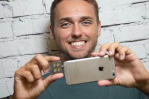 На сегодняшний день Apple является крупнейшим клиентом iBlazr. Каждый квартал компания закупает 3000 внешних вспышек для США, что составило 25 000 за неполный год. Вскоре планируются поставки в Европу, что увеличит заказ и прибыль от iBlazr. Сейчас идет подготовка к запуску второго продукта и на Kickstarter уже собрано $253 578 (ожидалось $70 000). Новинкой будет беспроводная вспышка, которая позволит использовать несколько одновременно. В планах совершенно новые и полезные как гаджеты, так и приложения для девайсов миллионов людей. Менее чем за год команда Concepter продала свыше 25 000 вспышек, выручка которой составила $700 000. Тисленко, основатель и создатель новой продукции на мировом рынке, интересующийся инновациями и читающий онлайн-издания Mashable и TechCrunch, за короткий период стал героем статей этих ресурсов, а вскоре iBlazr появился на полках Apple Store. Владислав Тисленко первый украинец, который с помощью инновационного мобильного гаджета стал сотрудничать с Apple. iBlazr – это единственная в мире внешняя вспышка для смартфонов, не имеющая аналогов в мире. Будучи студентом, Владислав решил порадовать своего друга, подарив на День рождение внешний объектив Olloclip для iPhone, отметив, что не хватает лишь внешней вспышки. Его шутка стала началом перспективного бизнеса и уникальным дополнением к смартфонам. Владислав, никогда ранее не работавший с созданием гаджетов, стал искать специалистов в помощь. Его первый набросок прототипа обошелся ему в $800. Ему пришлось продать игровую консоль PlayStation и потратить все свои сбережения, однако он был уверен, что цель оправдает средства. Первая модель была больше, чем ожидалось, но это было всего лишь начало. Тисленко смог привлечь нескольких дизайнеров и инженеров, работающих на энтузиазме до первых доходов. «Пришлось выделить небольшой пакет акций сотрудникам», – объясняет Тисленко работу сотрудников без имеющегося временно вознаграждения. В 2013 году была готова модель первого iBlazr. Тисленко не мог п